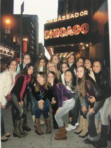 Assistindo ao musical Chicago, no lindo Ambassador Theatre.